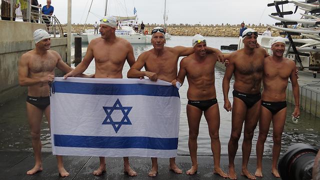 Seis israelíes nadaron desde Chipré a Israel y rompieron un récord mundial