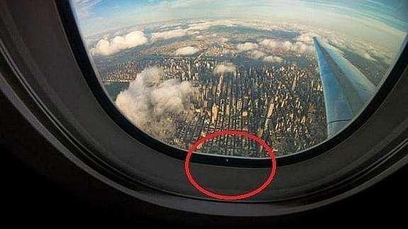 ¿Para qué sirve el diminuto agujero en las ventanas de un avión?