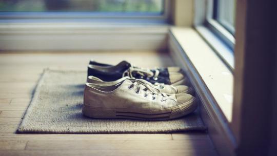 Debes quitarte los zapatos y andar descalzo